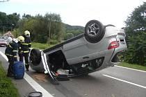 Po havárii se auto převrátilo na střechu a zablokovalo průjezd v části Podlesí
