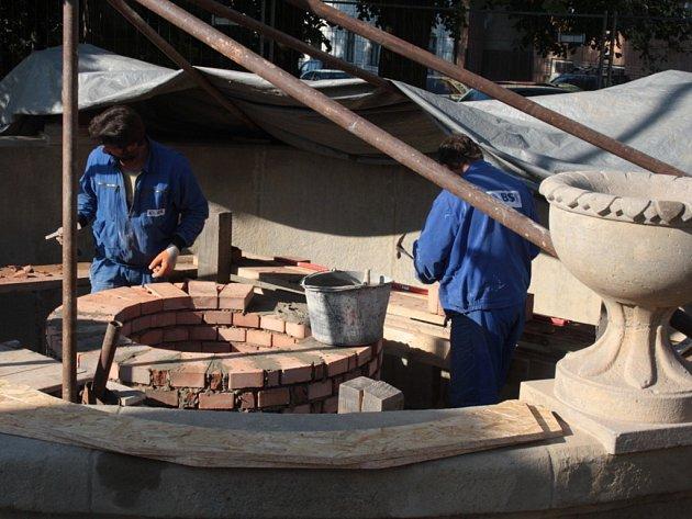 Restaurátoři opravují historickou kašnu na Horním náměstí ve Vsetíně.