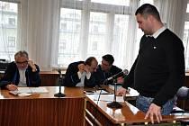 U okresního soudu ve Vsetíně pokračovalo v pondělí 27. února 2012 soudní líčení se čtyřčlennou skupinou zlodějů podezřelých z početných vloupání do prodejen se zahradní technikou a elektronikou. Z obžalovaných byl přítomen pouze Jaroslav Vrtil (stojící na