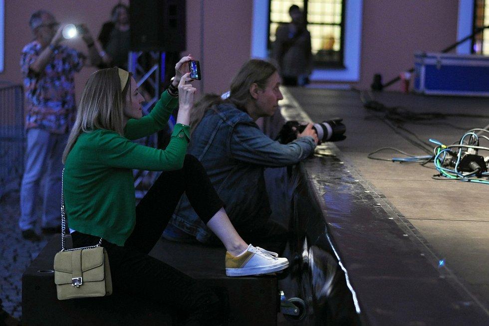 Lidé fotografují a natáčejí koncert kapely Flamengo Reunion Session na II. nádvoří zámku Žerotínů ve Valašském Meziříčí, jež byl jedním z vrcholů 39. ročníku folk-blues-beat festivalu Valašský špalíček; sobota 26. června 2021