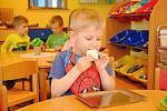 Všech sedm městských mateřských škol ve Valašském Meziříčí v pondělí 18. května 2020 po dvouměsíční nucené přestávce kvůli koronaviru obnovilo provoz. Na snímku děti v MŠ Vyhlídka.
