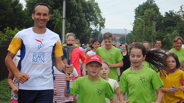 Účastníci Mírového běhu dorazili na hřiště Základní školy Křižná ve Valašském Meziříčí, kde se k nim přidali žáci meziříčských škol.