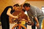 Účastníci víkendového kurzu s názvem Od ovečky ke svetru se ve Valašském ekocentru ve Valašském Meziříčí učí předení na kolovrátku; sobota 25. ledna 2020