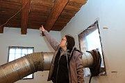 Odborníci ničí dřevokazný hmyz v Karlovském muzeu horkým vzduchem. Vedoucí týmu Andrea Nasswettrová ukazuje termoelektrické snímače, které monitorují teplotu vzduchu i uvnitř dřeva.