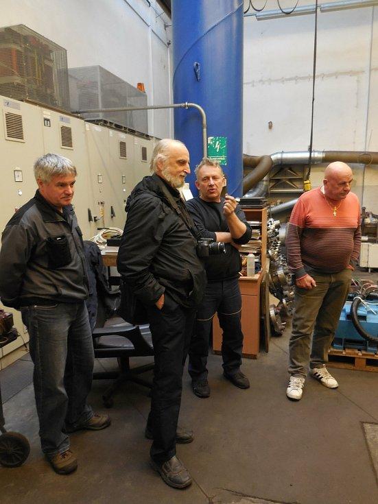 Tomáš Sousedík (druhý zleva), syn továrníka a vynálezce Josefa Sousedíka, který vyvinul unikátní pohon legendárního vlaku Slovenské strela, na zkušebně MEZopravna Vsetín při repasi motorů.