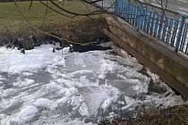 Led ucpal koryto vodního náhodu v centru Vsetína. Hrozilo vylití vody do okolí; Vsetín, sobota 31. prosince 2016