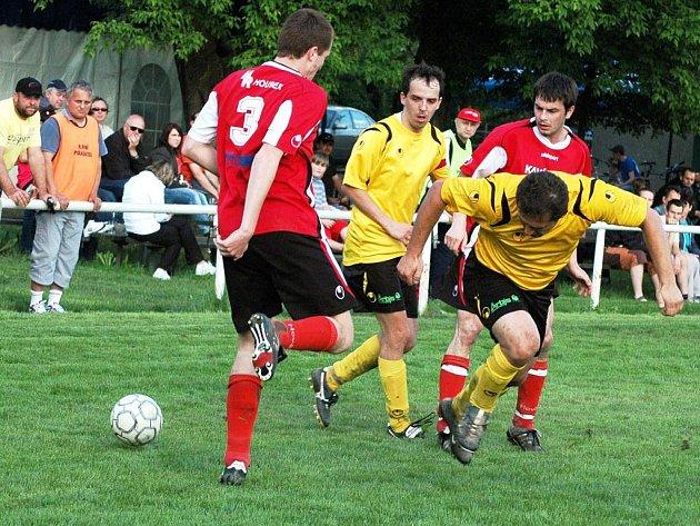V páteční dohrávce 1. B třídy si fotbalisté Podlesí (žluté dresy) poradili s neškodným Hovězím a zvítězili 3:1.