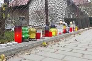 Lidé v Hošťálkové na Vsetínsku zapalují svíčky na místě, kde byl v úterý 17. listopadu 2020 zavražděn šestatřicetiletý muž.