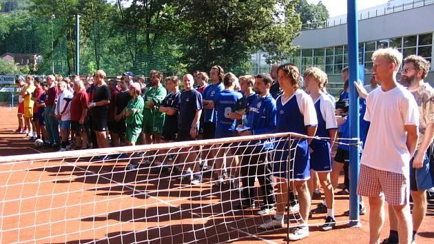 Účastníci nohejbalového turnaje