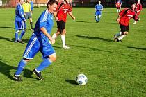 Dlouho očekávaný souboj mezi Janovou a Valašskou Polankou (červené dresy) nakonec neměl vítěze. Oba soupeři se rozešli smírně 0:0.
