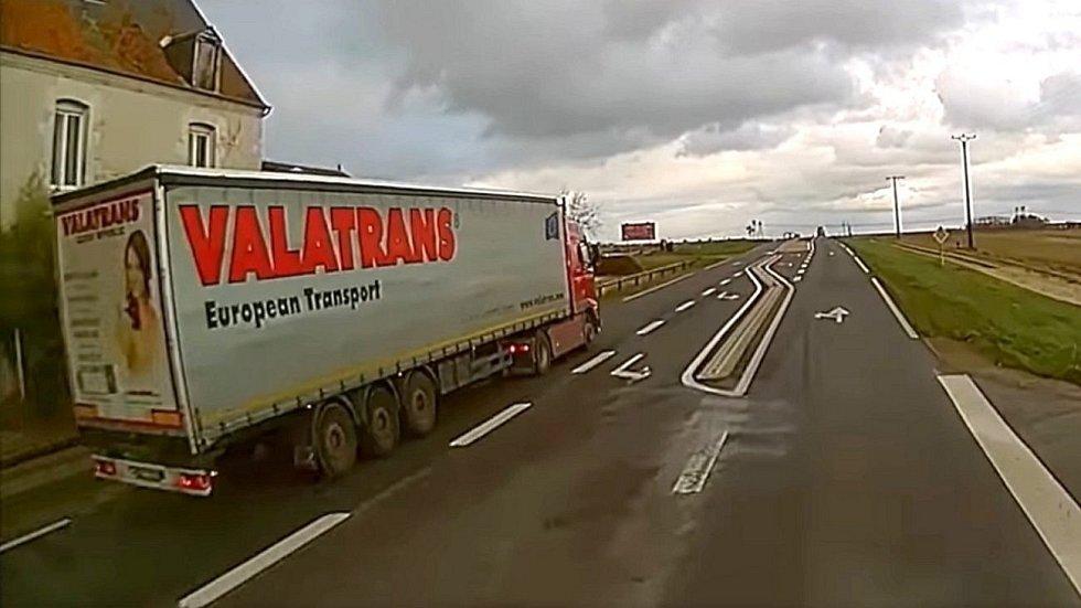 Video zachytilo hazardní manévr řidiče českého kamionu ve Francii