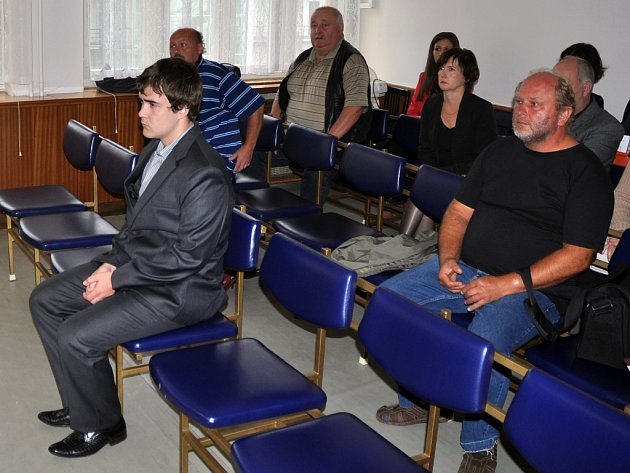 Obžalovaný jedenadvacetiletý Lukáš Holub z Prostřední Bečvy (v obleku). Ilustrační foto z 11. září 2014.