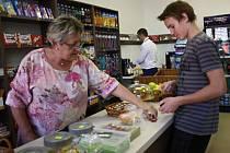 Prodejci ve školních bufetech budou muset věk žáků pečlivě kontrolovat.