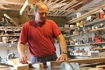 Tesař a sekerník Josef Kopčan pracuje se dřevem celý život.