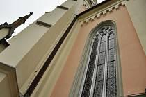 Vitrážová okna kotela ve Vidči jsou z jedné čtvrtiny opravená.
