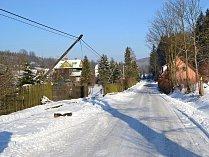 Polámané dřevěné sloupy ve vsetínské místní části Semetín.