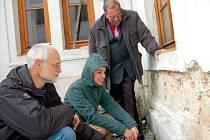 Sochař Miroslav Machala a jeho Eva (v podřepu) u rekonstruované fasády atria vsetínského zámku.