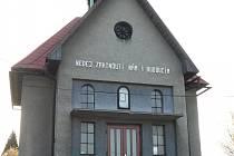 Omítka kaple v Juřince je velmi poškozená. Do konce května 2017 bude mít kaple omítku novou.