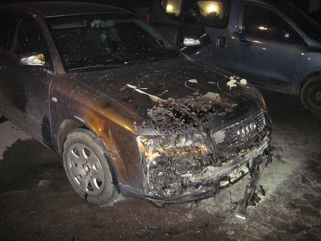 Muž chtěl dostat auta od hořící stodoly, je vážně popálený