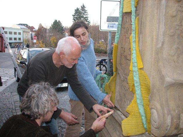 V sousedství Krásenské brány stával kamenný podstavec kříže od roku 1776. Po dlouhých desetiletích se vrátil zpět na své místo. Na snímku restaurátoři Miroslav a Eva Machalovi s Robertem Goláněm ze Vsetína.