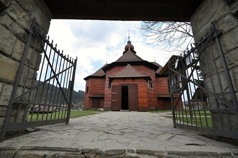 Velké Karlovice - hřbitov a dřevěný kostel Panny Marie Sněžné.