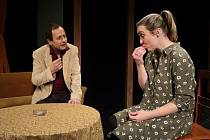Momentka z inscenace Neběhej s nůžkama v ruce. Na snímku herci Divadla v Lidovém domě Pavel Rejman a Kateřina Mrlinová.