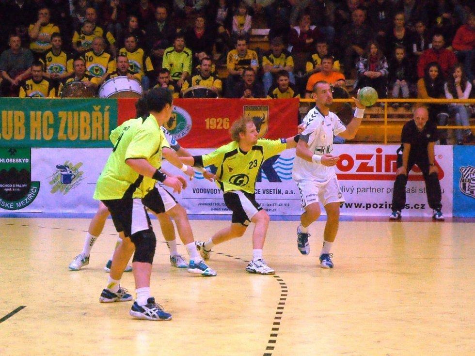 Házenkáři Zubří (žluté dresy) ve středeční dohrávce 16. kola extraligy udolali Plzeň 24:22.