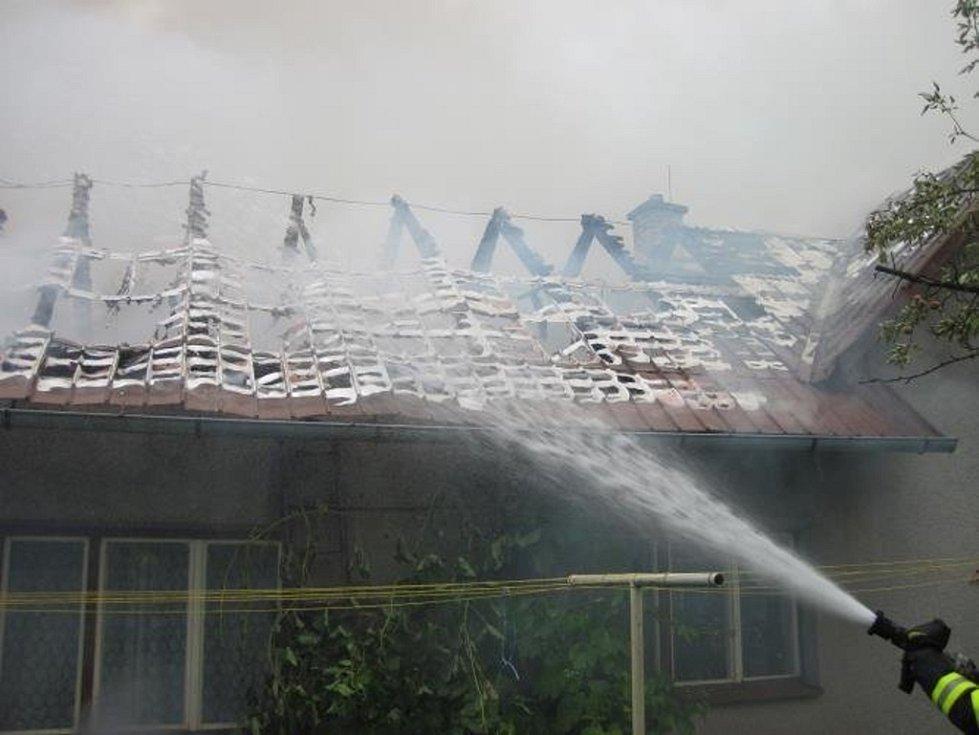 Škodu za přibližně osm set tisíc korun způsobil ve středu ráno požár rodinného domu