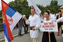 Krojovaní účastníci folklorního festivalu Babí léto procházejí Valašským Meziříčím; sobota 17. září 2016