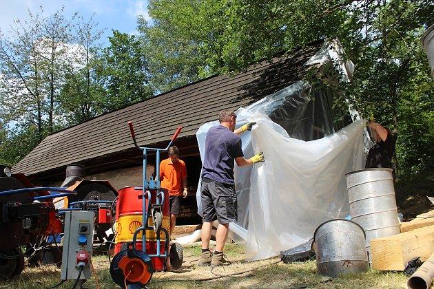 V Dřevěném městečku se unikátní ozdravné kúry, která likviduje dřevokazný hmyz, dočkala chalupa z Prlova