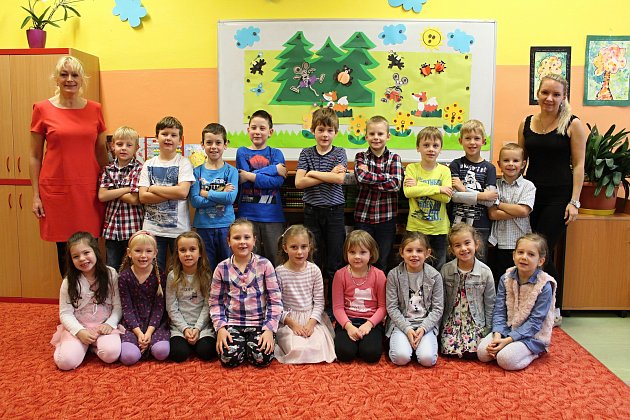 Základní škola 5.května Rožnov pod Radhoštěm, 1.A, třídní učitelka Olga Tomková (vlevo), Pavla Velecká