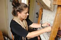 V Moravské gobelínové manufaktuře ve Valašském Meziříčí se druhý červnový týden 2019 uskutečnil týdenní tkalcovský kurz.