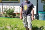 Dvaašedesátiletý Mirek Dvorský zasvětil přírodě celý život. Ve Valašském ekocentru v (Šafaříkova ul., Valašské Meziříčí) ukazuje jak pomoci přírodě v boji proti suchu - 19. května 2020.