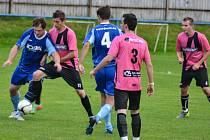 Fotbalisté Zubří B (růžové dresy) doma prohráli s Mikulůvkou 2:3.