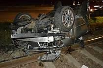 Toyota Corolla zůstala po nehodě v kolejišti. Poškodila i sloup trakčního vedení; Vsetín, středa 14. září 2016