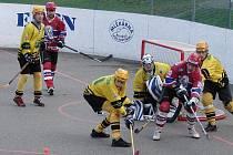 Hokejbalisté Vsetína (žluté dresy) doma prohráli s Jihlavou 0:4.