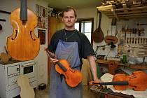 Mistr houslař Dominik Matůšů se výrobě a opravám nástrojů věnuje 21. rokem. Dílnu má u svého domku v Jestřabí.