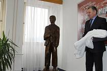 Starosta Vsetína Jiří Čunek při slavnostním odhalení sochy Josefa Sousedíka na vsetínské radnici; čtvrtek 15. prosince 2016.