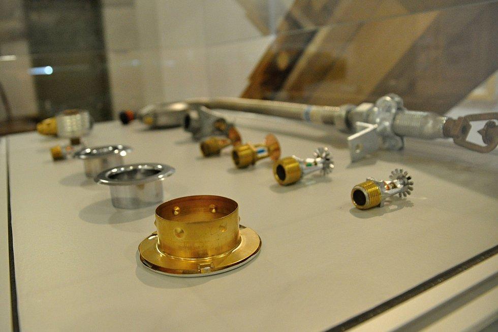 Vystavené prvky moderní požární technologie, která chrání obnovený Libušín na Pustevnách; Valašské muzeum v přírodě v Rožnově, Sušák, 1. patro, srpen 2020