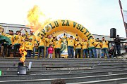 Před vsetínskou radnicí se v sobotu odpoledne sešly žlutozelené davy hokejových fandů, aby oslavily obrovský úspěch vsetínských hokejistů, kteří si čtvrteční výhrou nad Jabloncem zajistili postup do první ligy. Tým vítězů svým fanouškům vyjádřil díky za n