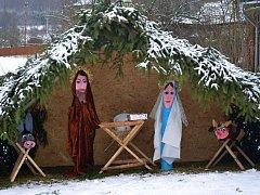 Děti z mateřské školy v Lužné s pomocí rodičů a učitelky vyrobily dřevěný betlém