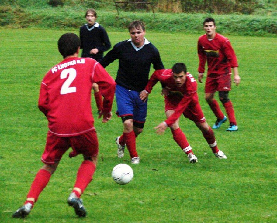 Fotbalisté Lhotky nad Bečvou (červené dresy) si předehrávali zápas prvního jarního kola a v domácím prostředí porazili Střítež nad Bečvou 1:0 brankou v poslední minutě zápasu.
