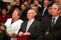 Josef Pastorčák (uprostřed) nedávno za své činy a zásluhy obdržel Cenu města Valašské Meziříčí za rok 2012.