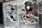 Ledové sochy na Pustevnách. Na snímku Slawek Borecki y Poznaně (PL)
