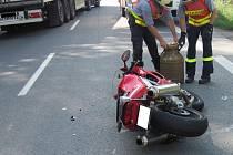 Střet motorkáře s osobním autem u Valašského Meziříčí