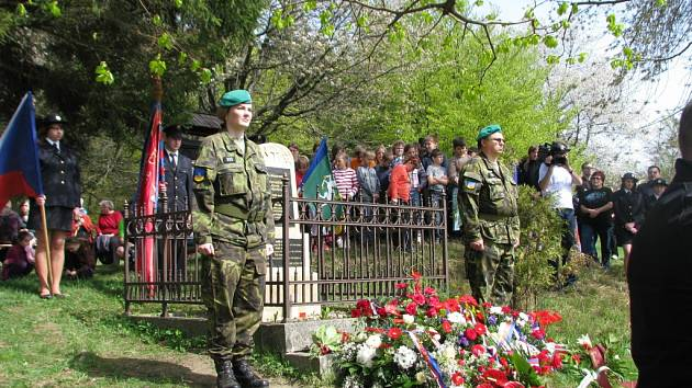 U pomníčku na Vařákových pasekách si lidé připomínají vypálení osady nacisty.