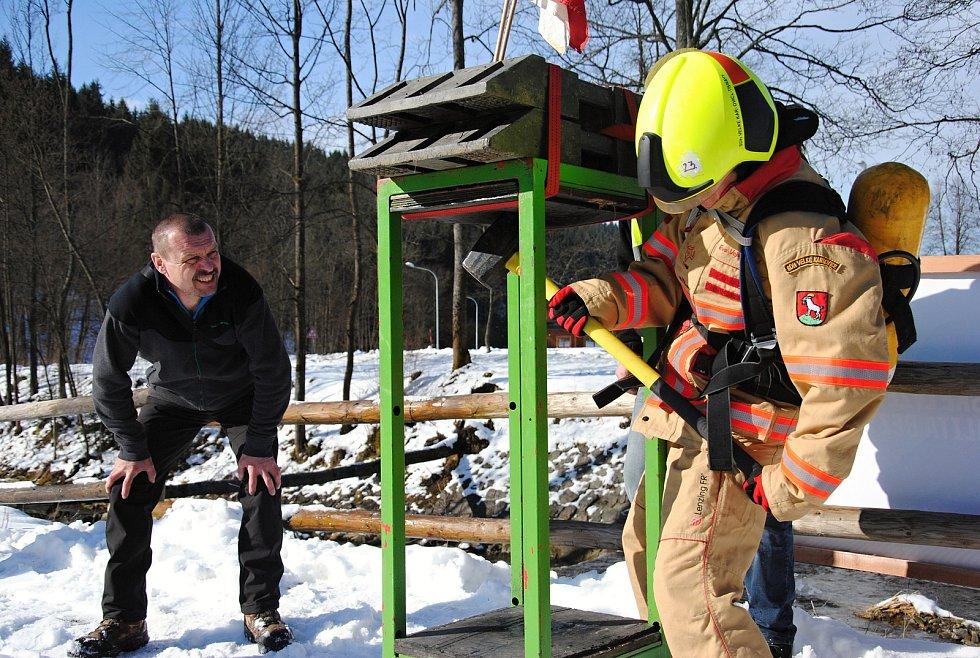 Hasička (a zároveň pořadatelka závodu) Eva Vojvodíková na trase závodu Zimní železný hasič pod sjezdovkou Razula ve Velkých Karlovicích; neděle 1. března 2020