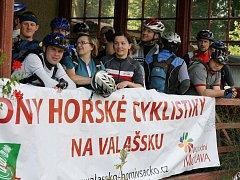 Pátý ročník nočního cyklistického přejezdu Javorníků. Většina účastníků startovala u železniční stanice ve Velkých Karlovicích (11.7.09)