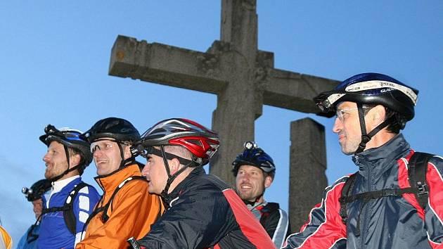 Pátý ročník nočního cyklistického přejezdu Javorníků. Peloton se formuje k závěrečné etapě od památníku na Ztracenci k Portáši (11.7.09)