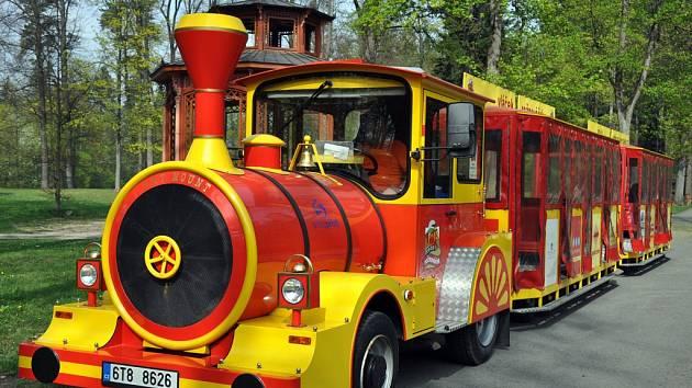 Silniční turistický vláček Rožnováček zahájil 1. května 2013 svou letošní sezonu. Během letních měsíců bude převážet zájemce mezi rožnovskými atraktivitami. Jeho kapacita je 64 osob.